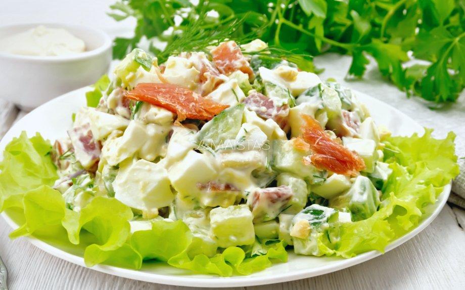 Avokado salotos su lašiša, kiaušiniais, agurkais