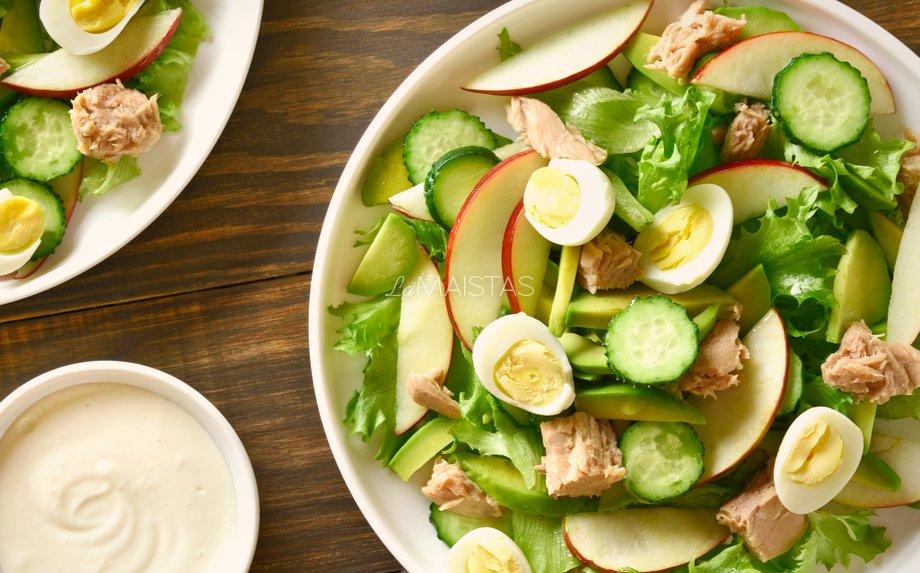 Tuno salotos su avokadais ir obuoliais
