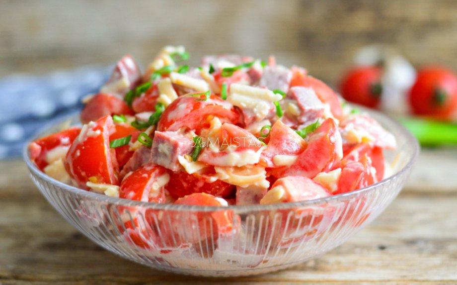 Greitos pomidorų salotos su kumpiu ir sūriu (be majonezo)