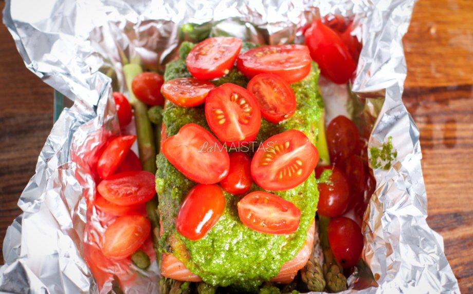 Lašiša orkaitėje su daržovėmis ir krapų padažu