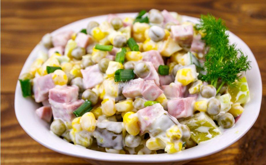 Kumpio salotos su kukurūzais, žirneliais ir agurkėliais