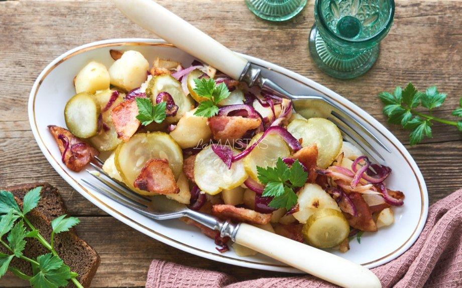 Bulvių salotos su šonine ir agurkėliais