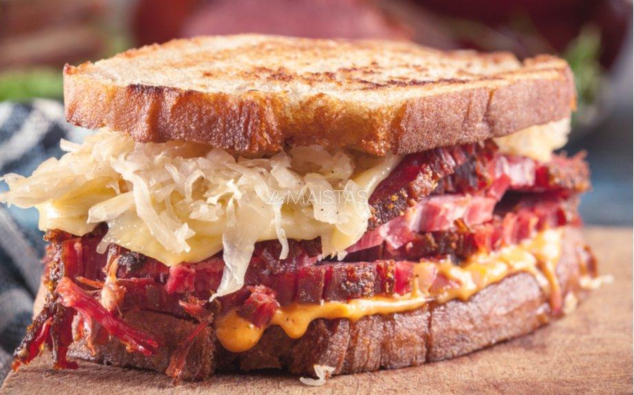 Keptas sumuštinis su mėsa ir raugintais kopūstais