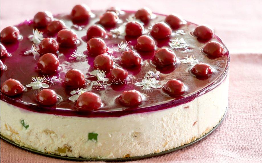 Nekeptas varškės tortas su vyšniomis ir žele gabaliukais