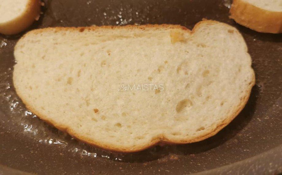Kepti sumuštiniai keptuvėje