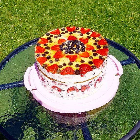 Špinatų biskvito tortas su grietininiu kremu ir uogomis