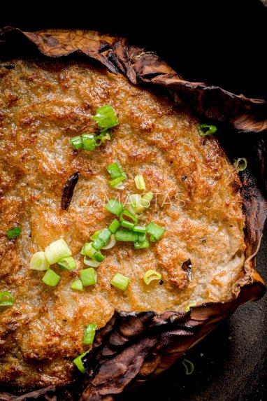 Bulvinės bandos ant kopūstlapio su grietinės ir šoninės padažu