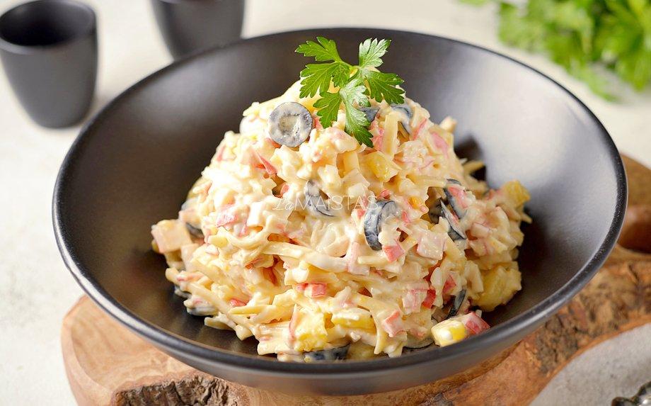 Greitos sūrio salotos su kiaušiniais ir ananasais