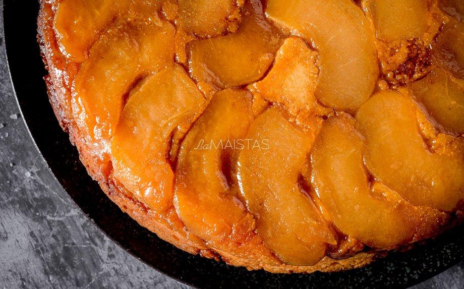 Apverstas obuolių pyragas su varške