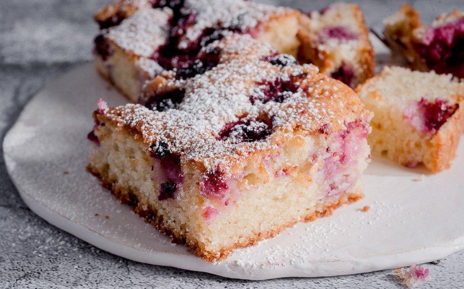 Migdolinis pyragas su vyšniomis