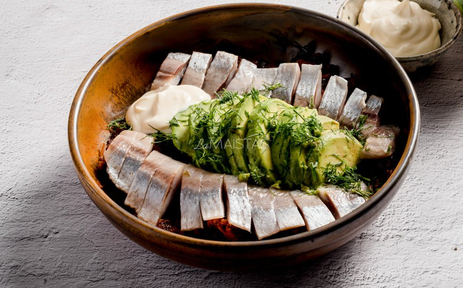 Silkė su avokadais ir keptomis daržovėmis