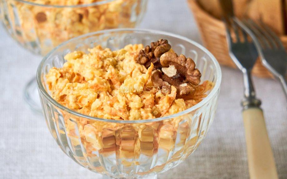 Ryžių salotos su morkomis, sūriu ir rie�utais