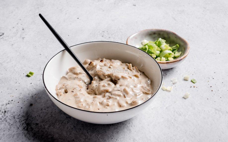 Greitas grietinėlės ir keptų svogūnų padažas