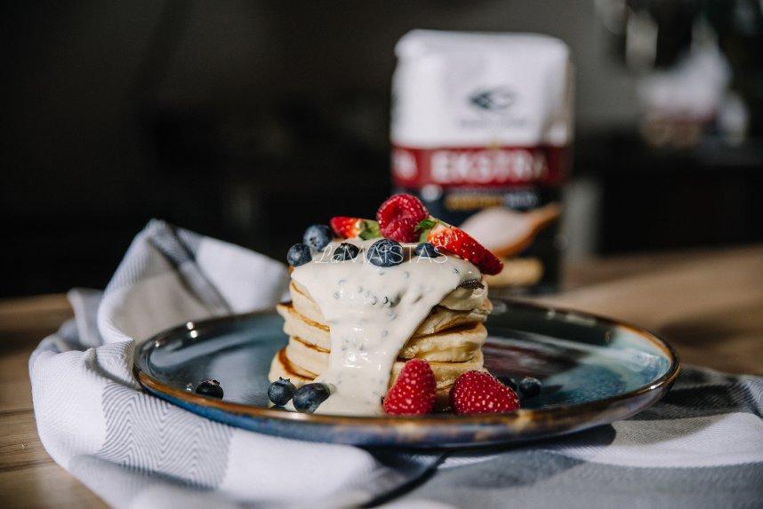 Purūs amerikietiški blyneliai su jogurtiniu padažu