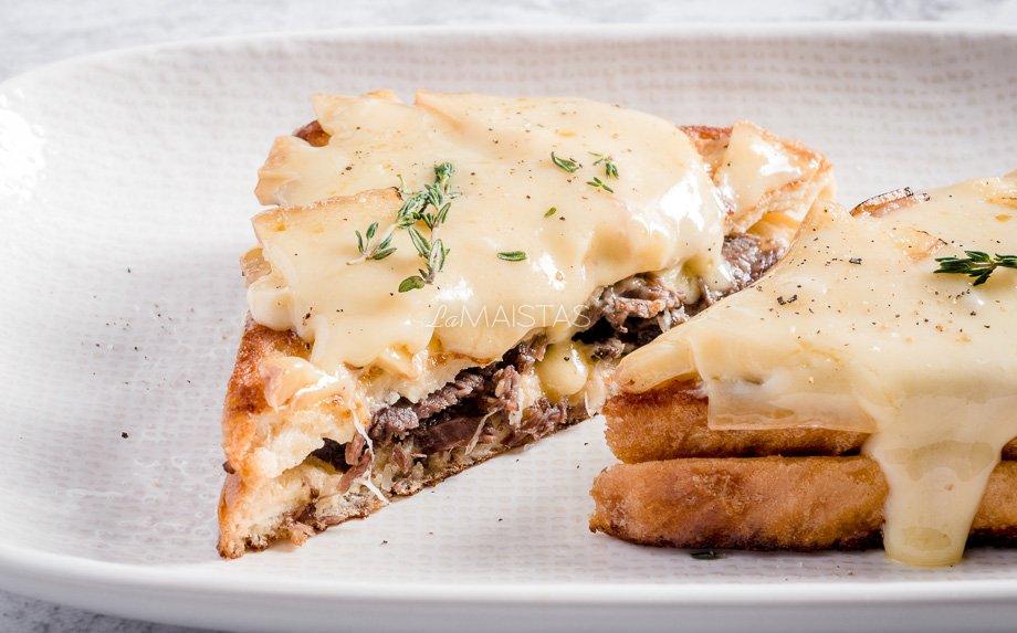 Prancūziškas keptas sumuštinis su mėsa ir sūriu