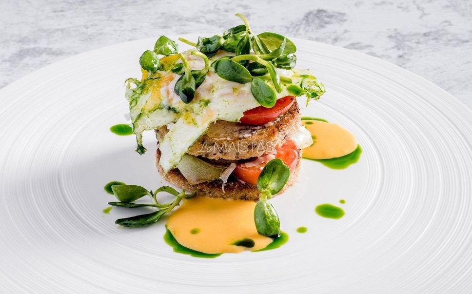 Pusryčių sluoksniuotis su kiaušiniu, sūriu ir olandišku padažu