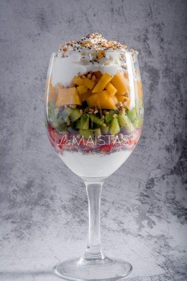Sluoksniuotas vaisių desertas su jogurtu