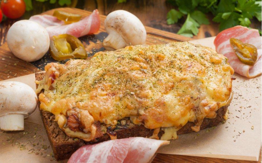 Kepti sumuštiniai su šonine, pievagrybiais ir  morkomis