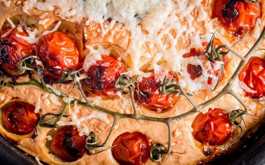 Kefyro tešlos pyragas su šonine ir sūriu