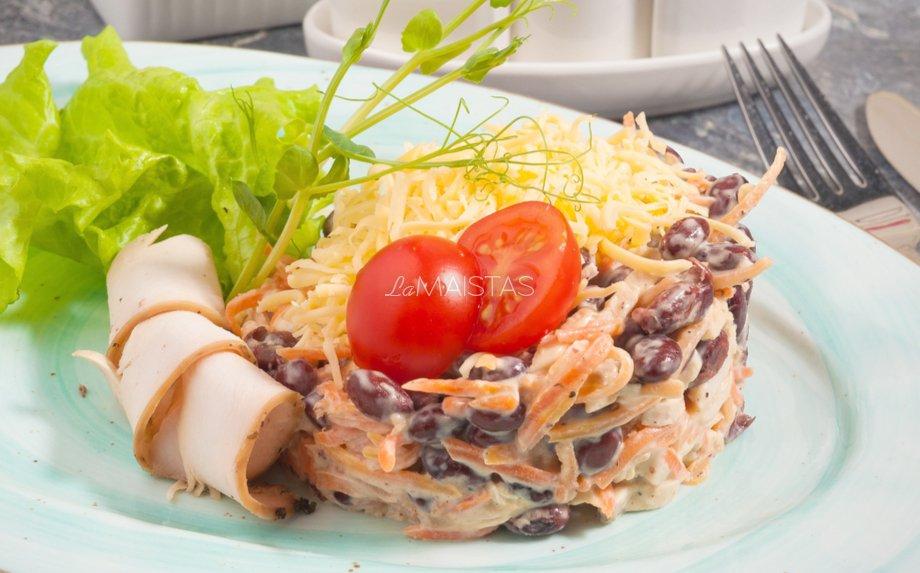 Kumpio salotos su morkomis, pupelėmis ir sūriu