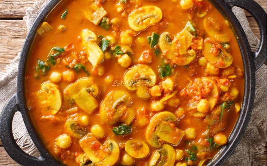 Pomidorinis avinžirnių troškinys su pievagrybiais