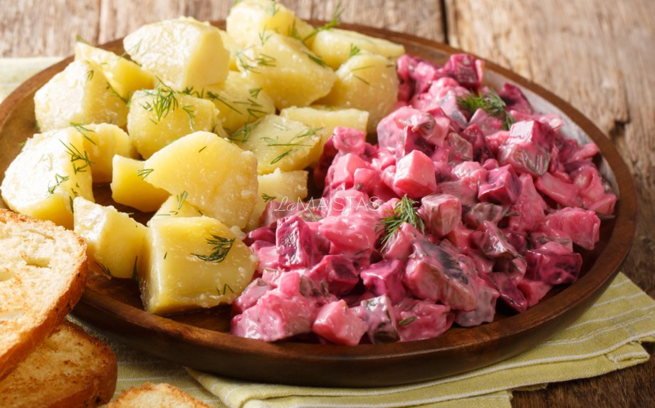 Vokiškos silkės salotos su burokėliais
