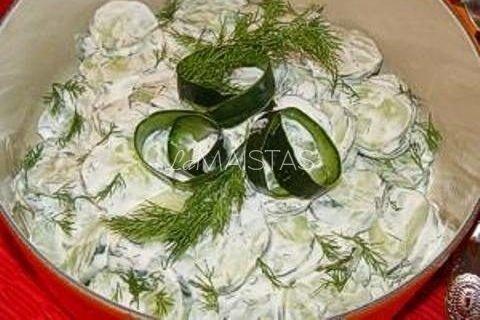 Agurkų salotos su kefyru