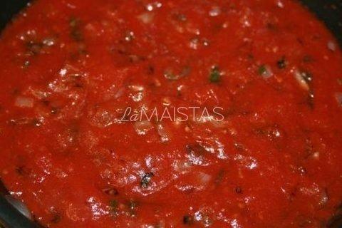 Pomidorų padažas su svogūnų laiškais