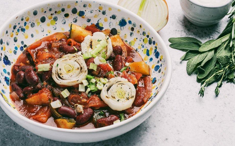 Pomidorinis daržovių troškinys su pupelėmis
