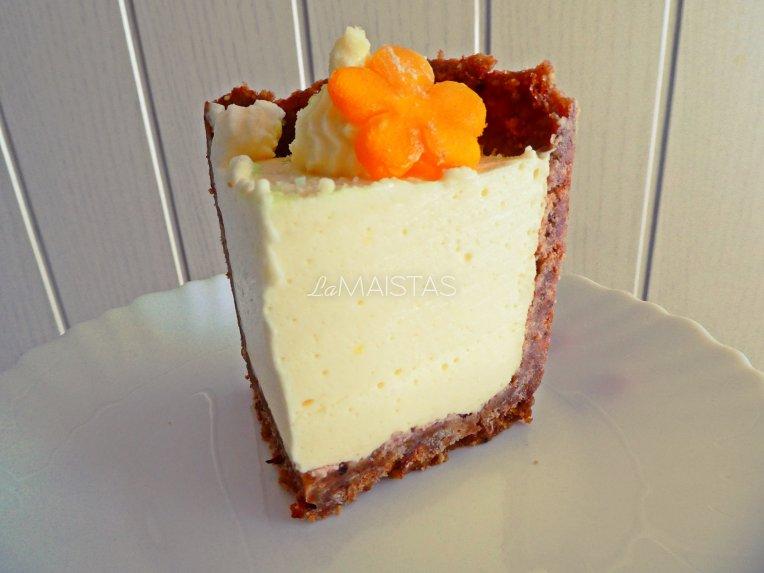 Nekeptas maskarponės tortas su vaisiais ir sausainių pagrindu
