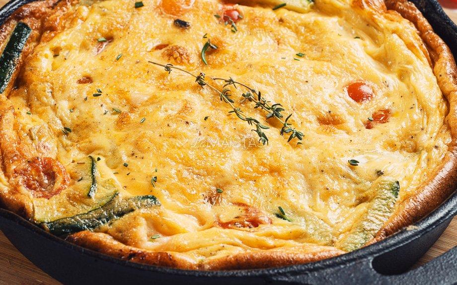 Frittata su kietuoju sūriu ir daržovėmis