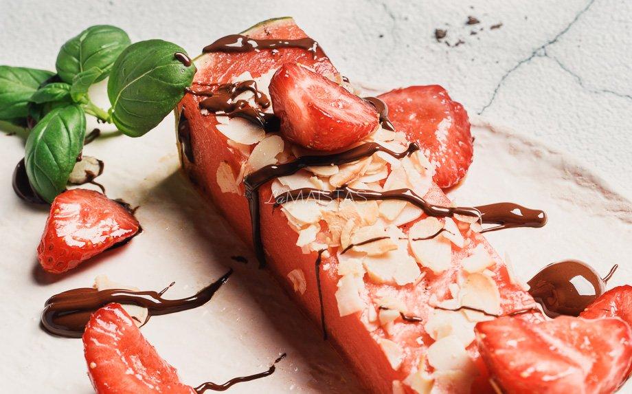Keptas arbūzas su braškėmis ir šokoladu