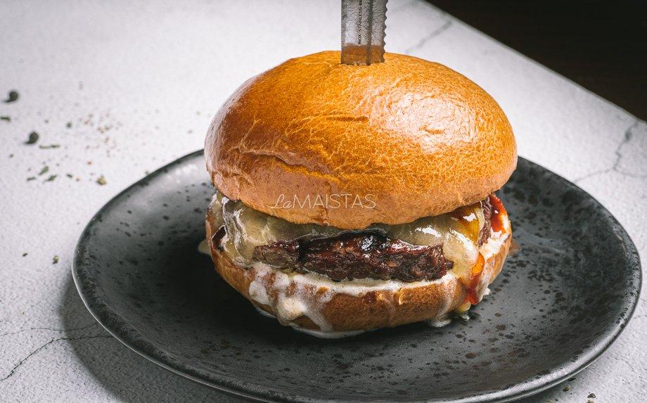 Jautienos burgeris su sūriu ir kastiniu