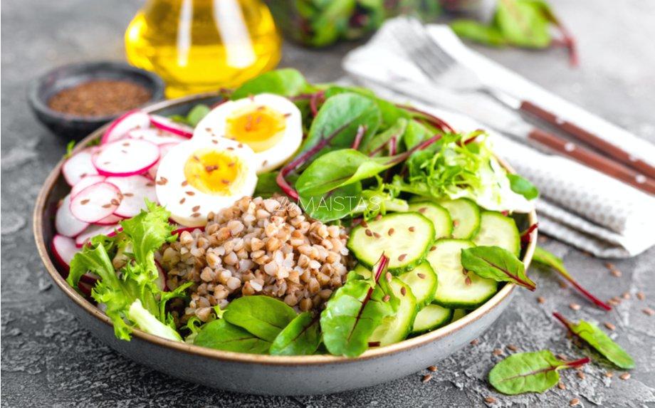Gaivios grikių salotos su agurkais, ridikėliais ir kiaušiniu