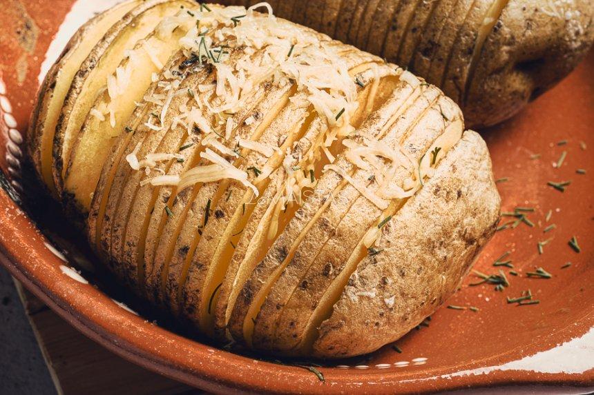"""Keptų bulvių """"armonikos"""" su sūriu ir sviestu"""