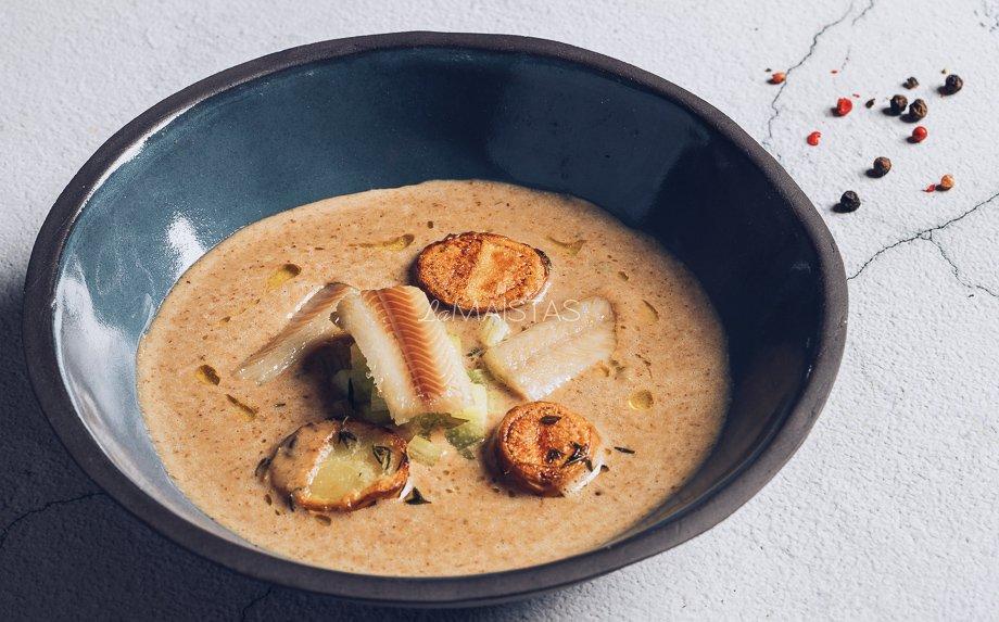 Šalta duonos sriuba su rūkyta žuvimi