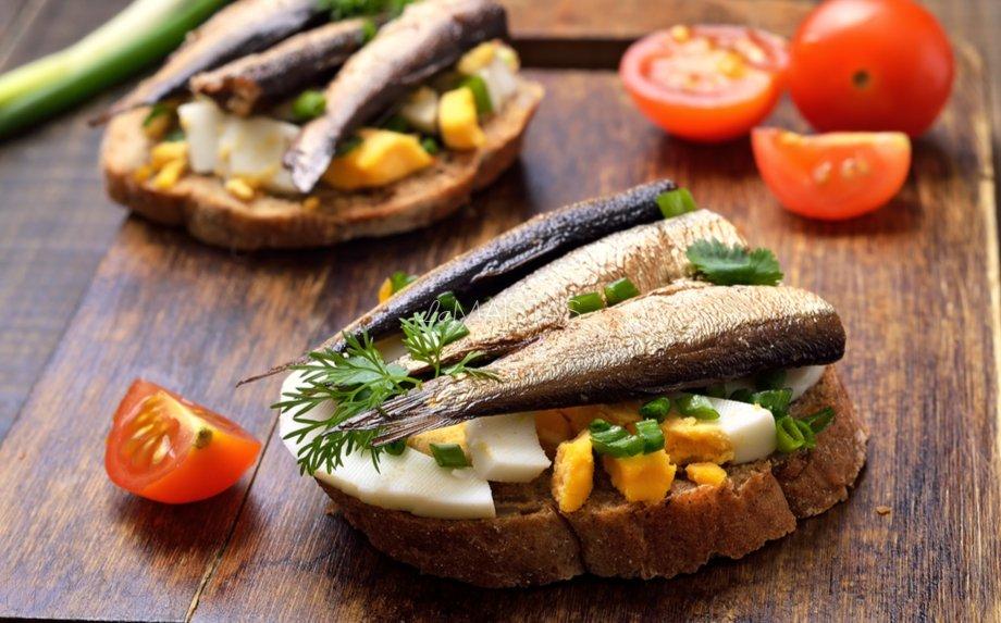 Greiti sumuštiniai su kiaušiniais ir šprotais