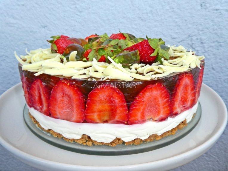 Nekeptas braškių tortas su žele, maskarpone ir baltuoju šokoladu