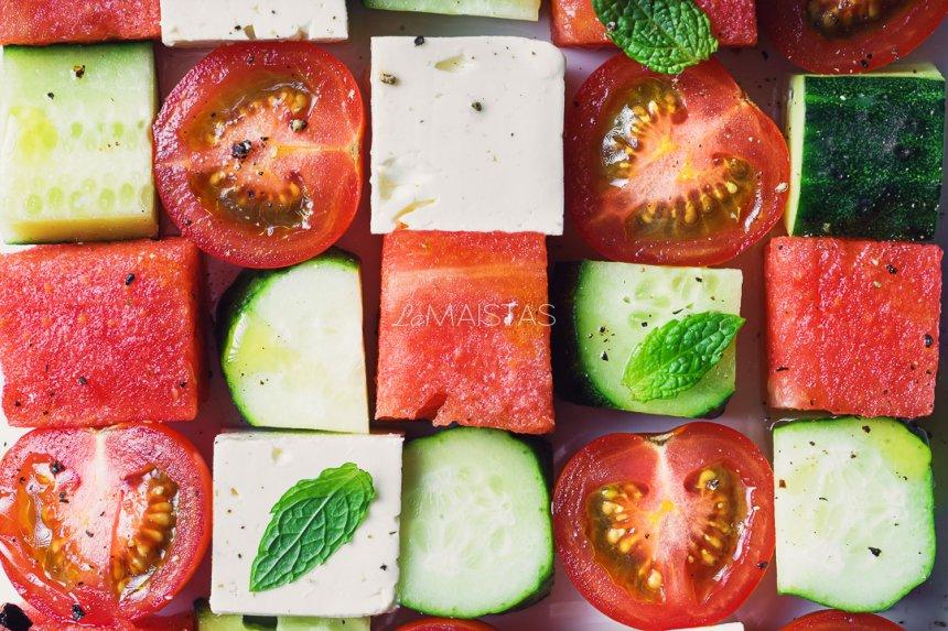 Gaivios agurkų, pomidorų ir arbūzo salotos su feta