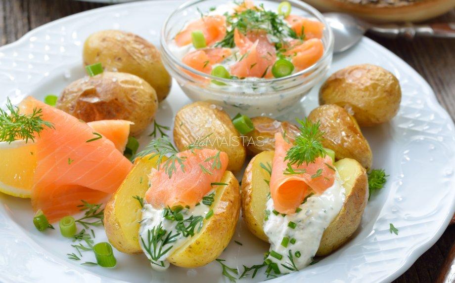 Orkaitėje keptos bulvytės su česnakiniu varškės padažu ir lašiša