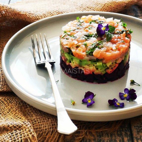 Sluoksniuotos lašišos salotos su burokėliais ir avokadais