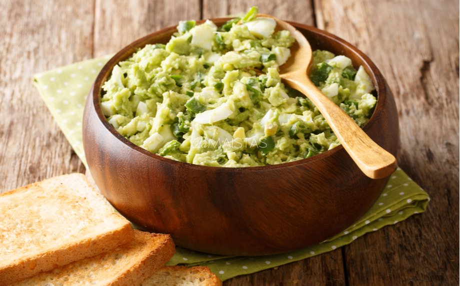 Kiaušinių ir avokadų salotos su brokoliais