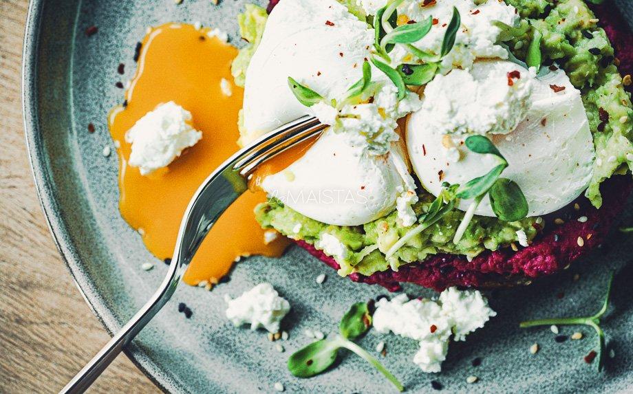 Pusryčių skrebutis su avokadu, burokėlių humusu ir be lukšto virtais kiaušiniais