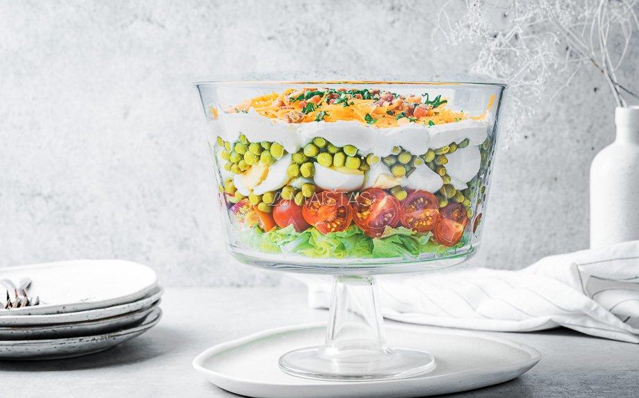 Sluoksniuotos salotos su daržovėmis, kiaušiniais ir sūriu