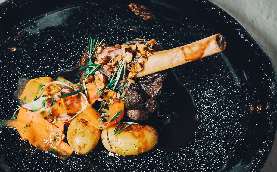 Ėriuko kulninė su traškiomis bulvytėmis ir žiemos daržovių salotomis