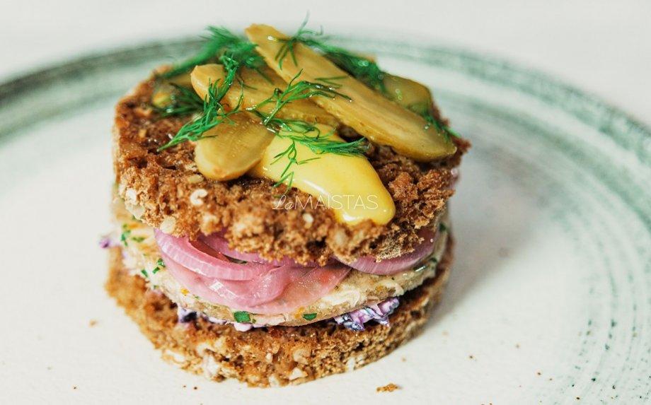 Ruginės duonos sumuštinis su šaltiena, traškiais marinuotais svogūnėliais ir wasabi majonezu