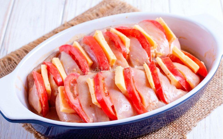 Įdaryta vištienos krūtinėlė su sūriu ir pomidorais