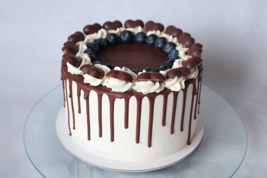 Šokoladinis tortas su jogurtiniu kremu ir uogomis (arba vaisiais)