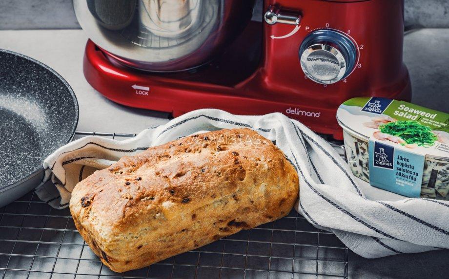 Greita naminė duona su svogūnais ir saulėje džiovintais pomidorais