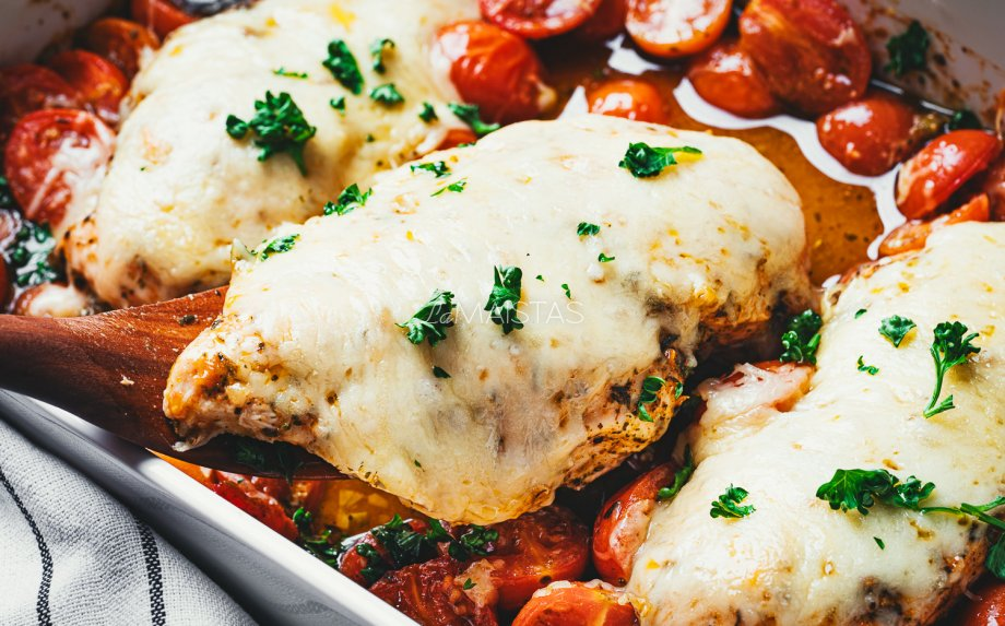 Vištienos krūtinėlė orkaitėje su pomidorais ir sūriu